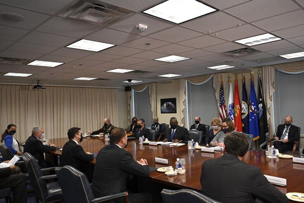 Глава государства провел встречу с министром обороны США