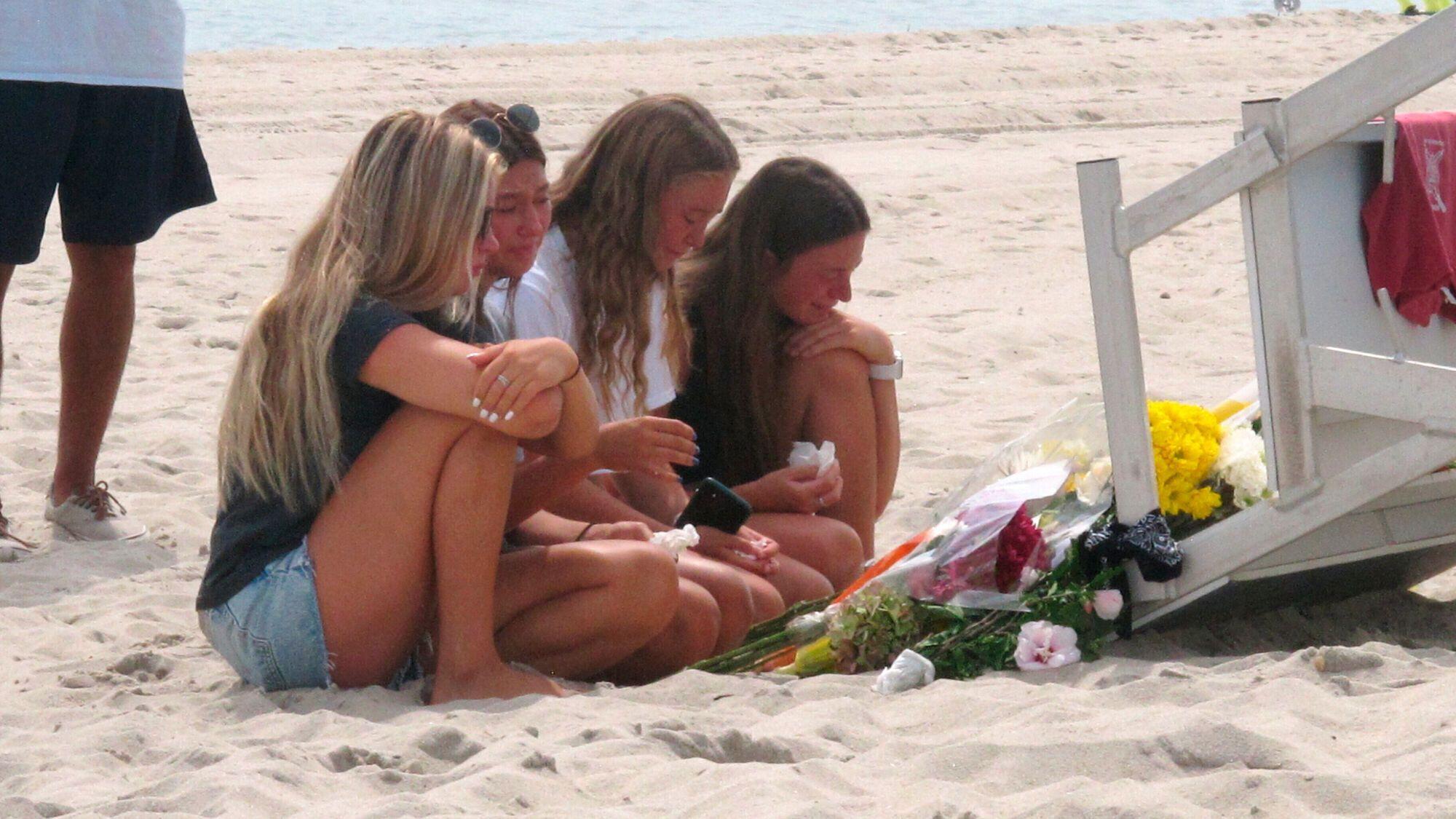 Отдыхающие принесли цветы на место гибели спасателя