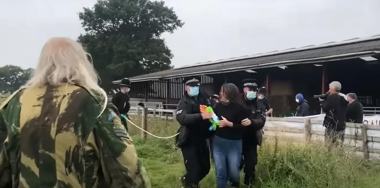 Полиция задержала женщину, которая пыталась отстоять животной с водяным пистолетом.
