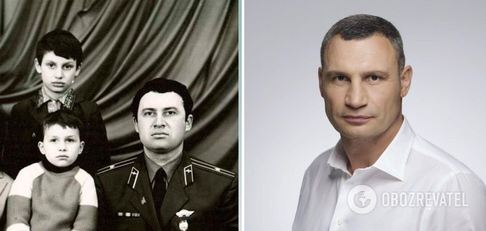 Віталій Кличко стоїть поруч з братом і батьком
