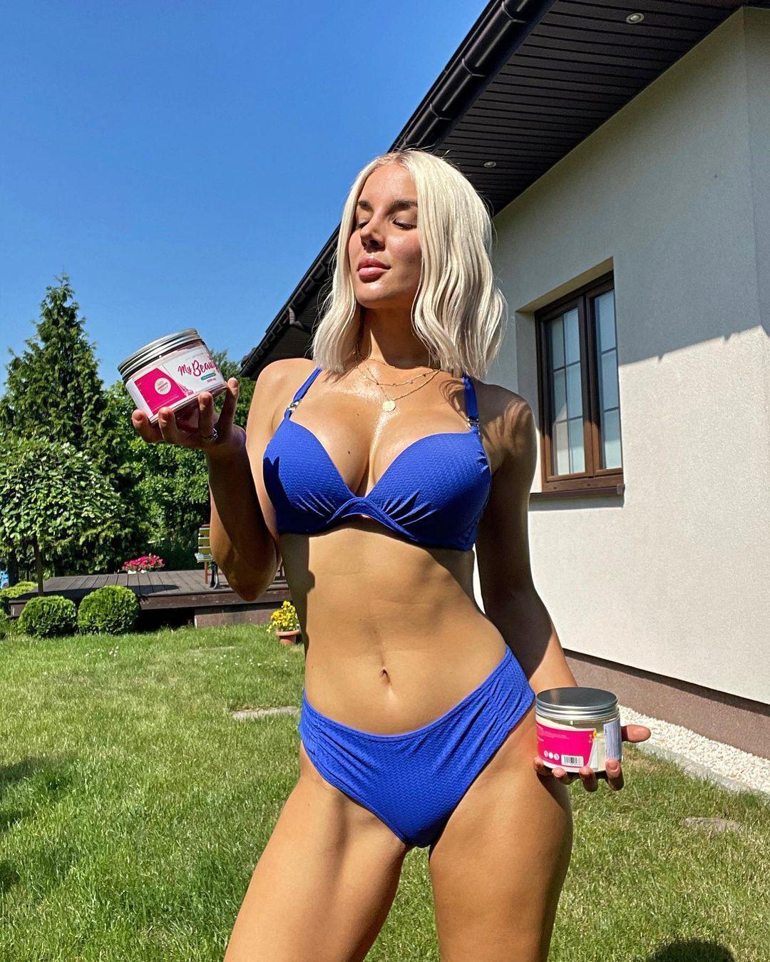 Аньела Богуш у синьому купальнику