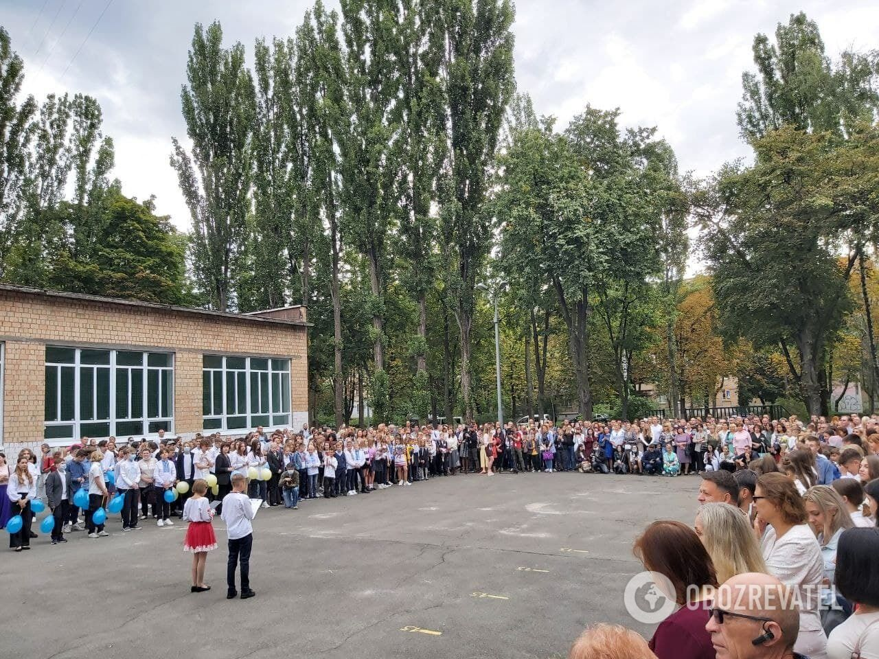 В одной из школ Соломенского района на линейке были родители без масок.