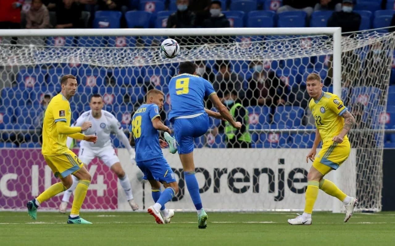 Роман Яремчук забивает гол Казахстану.