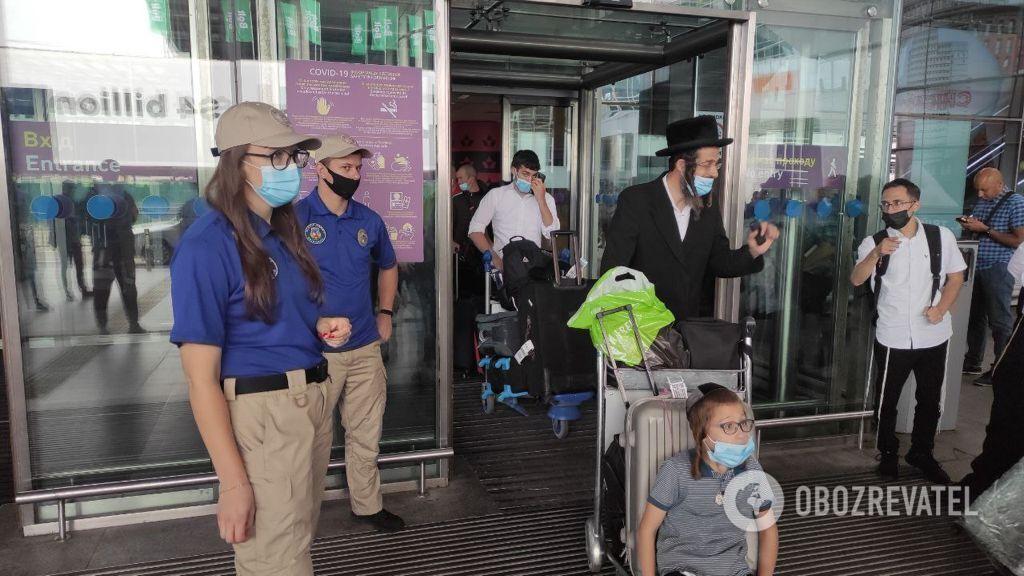 Іноземці прибувають в аеропорт Бориспіль.