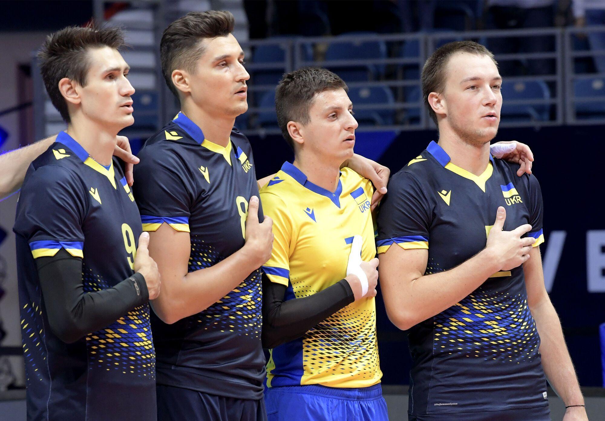 Українці виконують гімн країни.