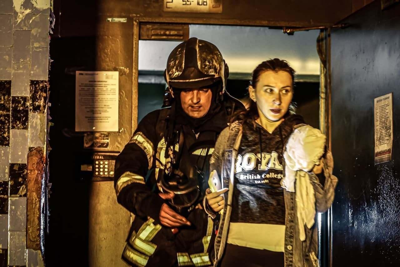 Спасатели эвакуировали 6 человек, а еще 50 отвели на безопасное расстояние.