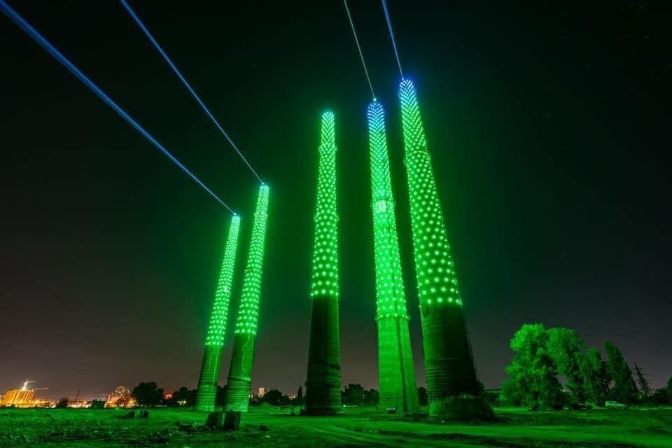 Основою для світлової інсталяції стали п'ять заводських труб