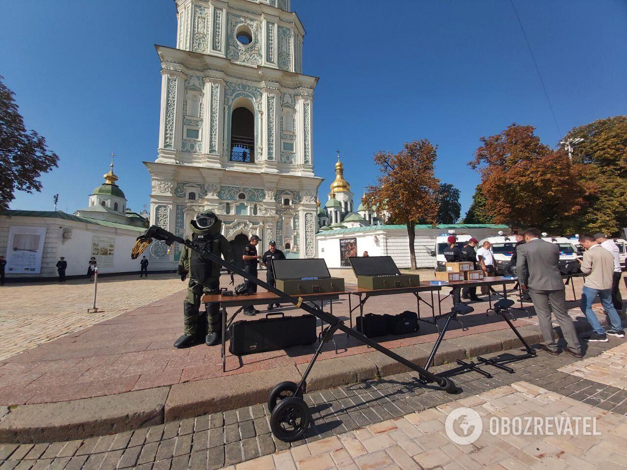 Технику и авто показали на Софийской площади