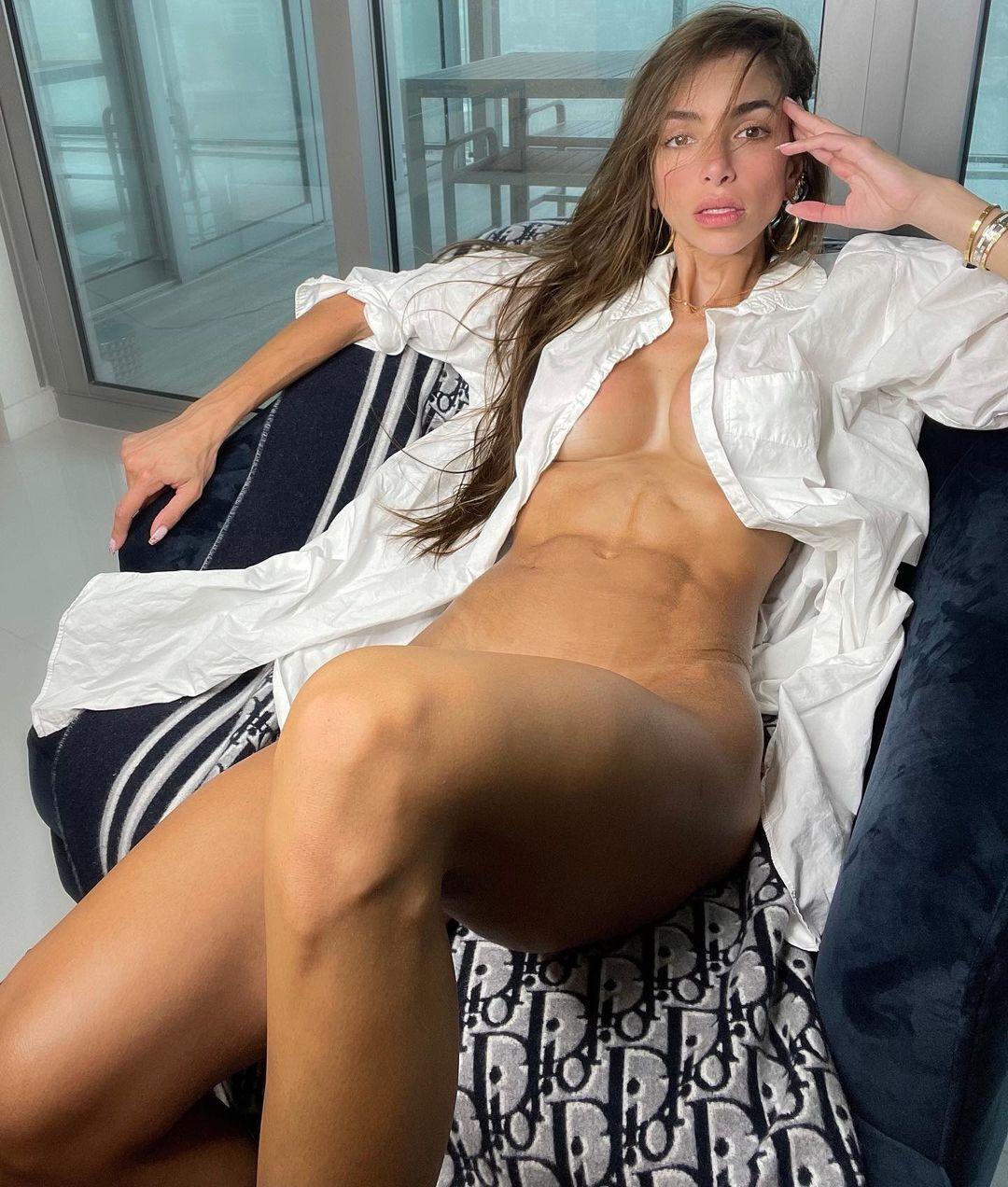 Аньєла Сагра без трусиків і бюстгальтера