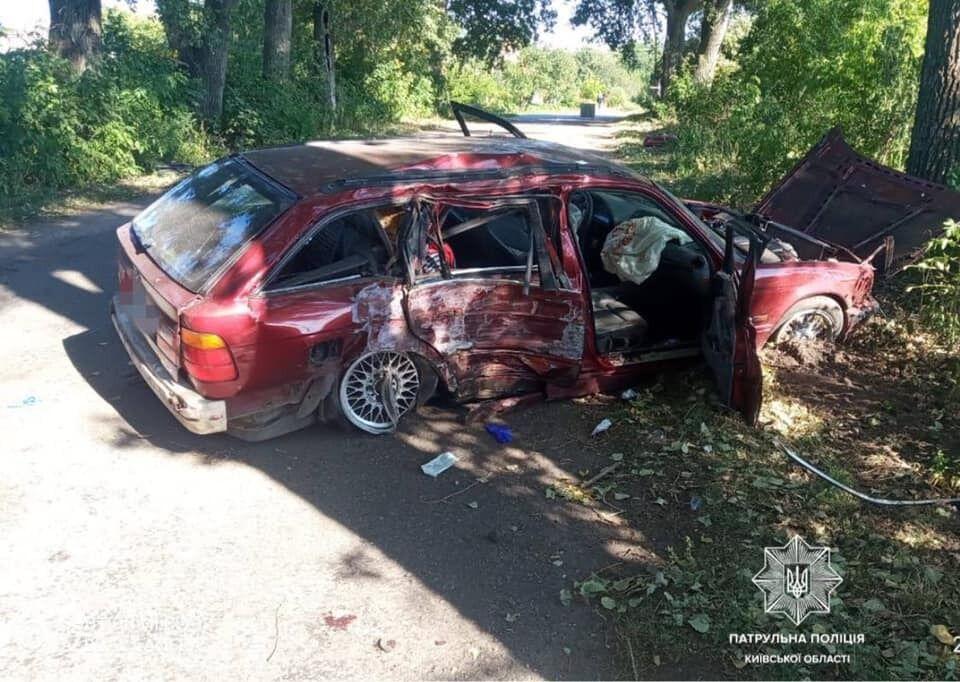Последствия столкновения автомобиля с деревом.