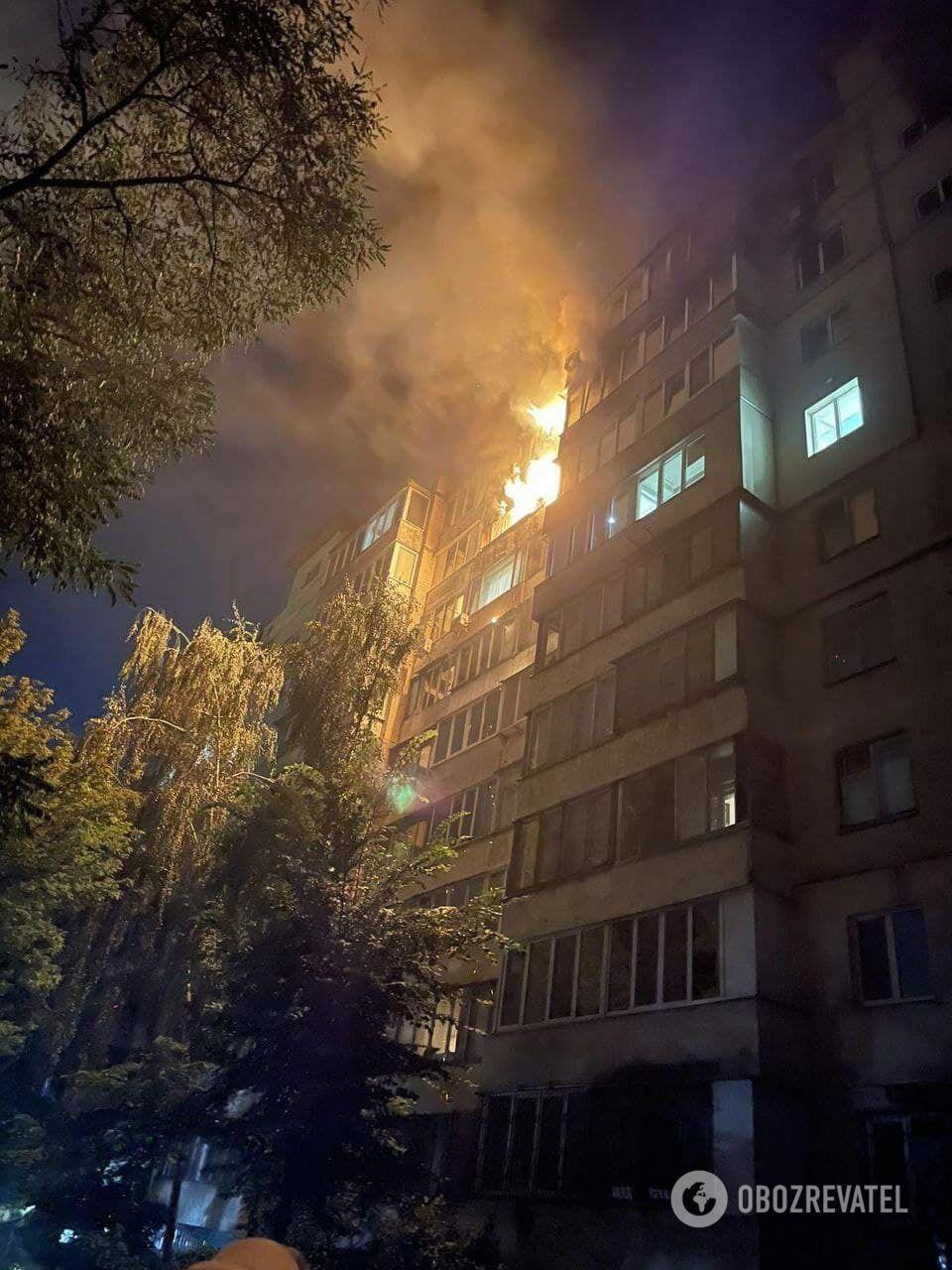 Огонь также повредил несколько балконов на 9-м этаже.