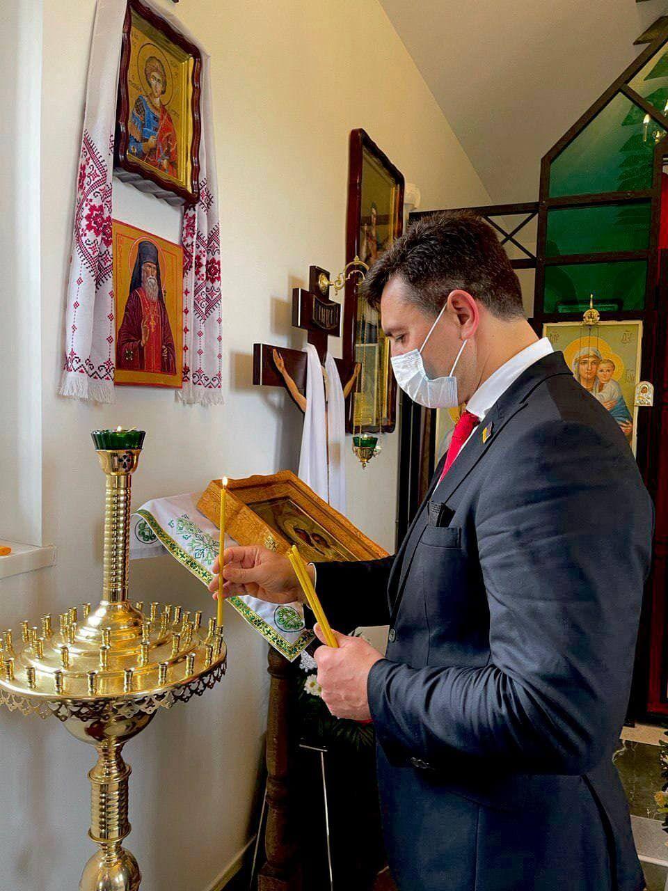 Тищенко помолился за Лероса и поставил свечку в церкви.
