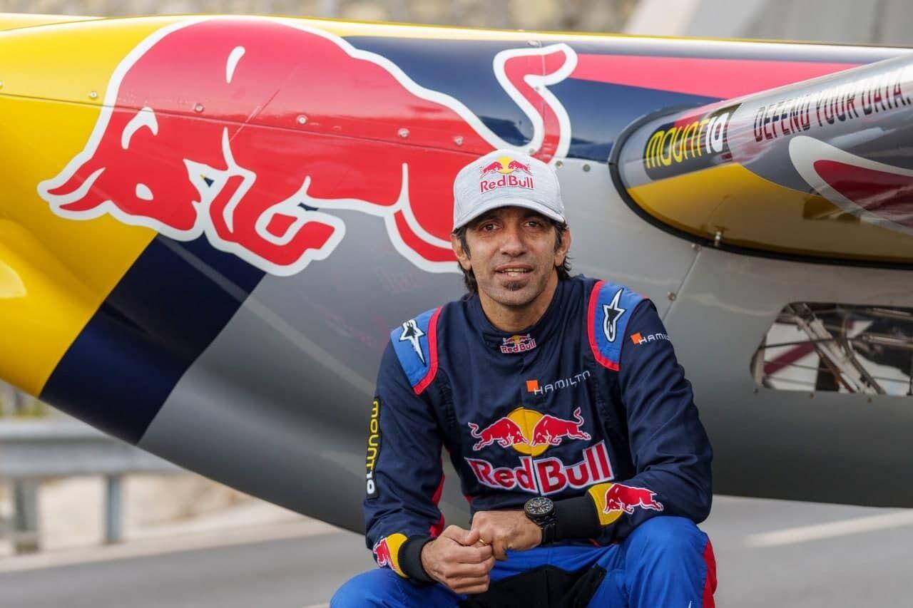 Дарио Коста рядом с самолетом.