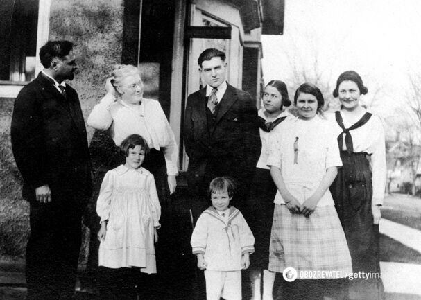 Сім'я Гемінґвея близько 1917 року.