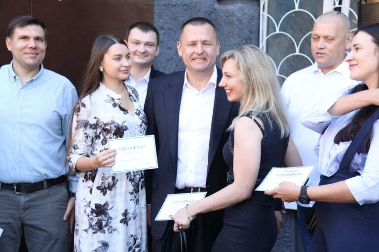 Борис Филатов вручил врачам Днепра ключи от новых квартир