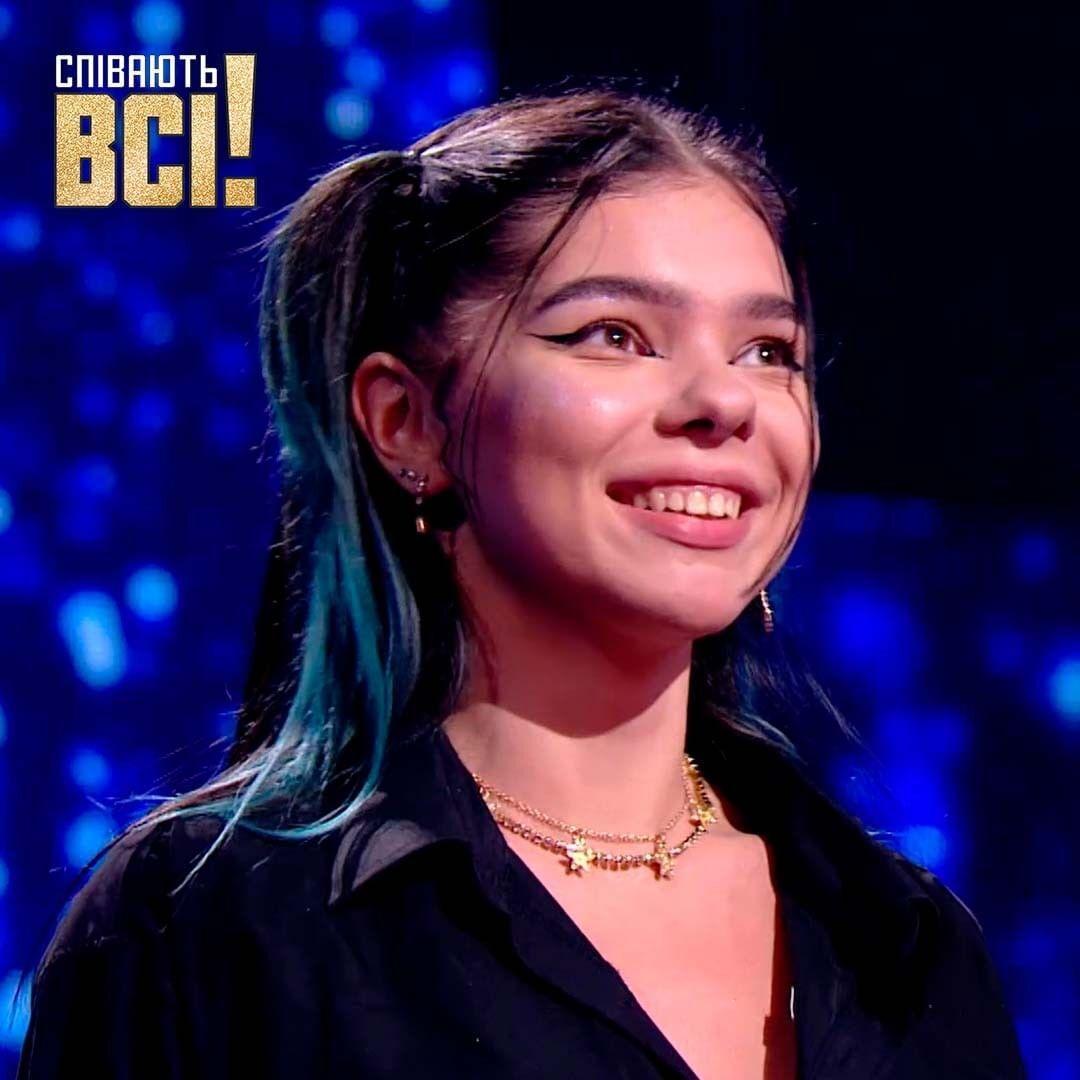 18-річна Карина на сцені шоу