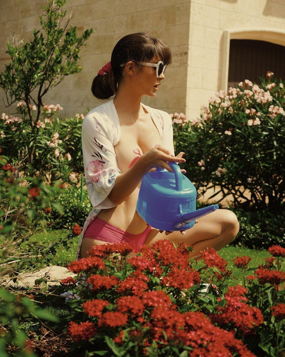 Аманда Черни обнаженная возле своего дома