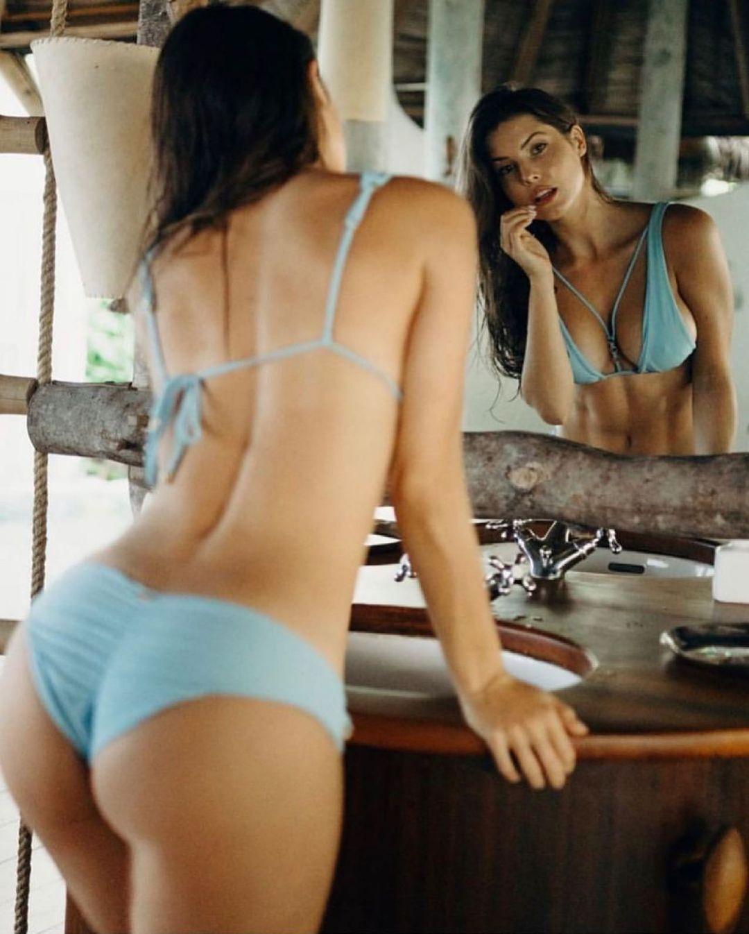 Аманда Черни перед зеркалом