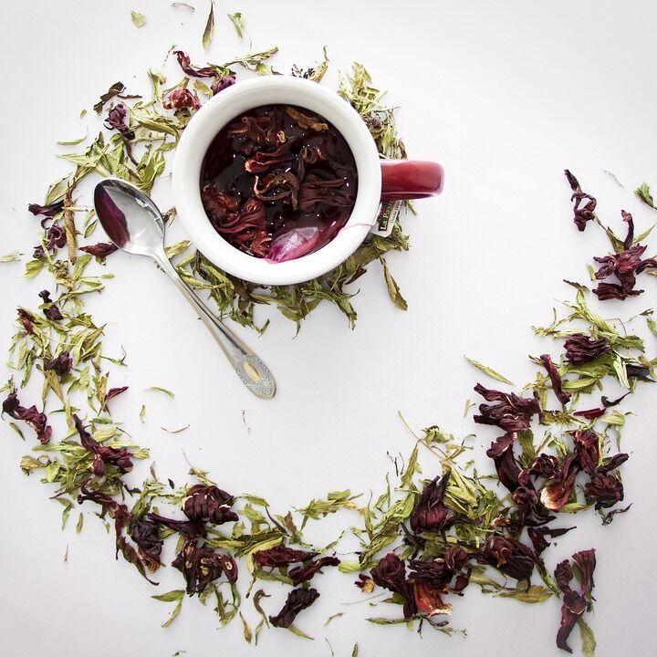 Гибискус часто добавляют в травяные чаи в смеси с другими компонентами