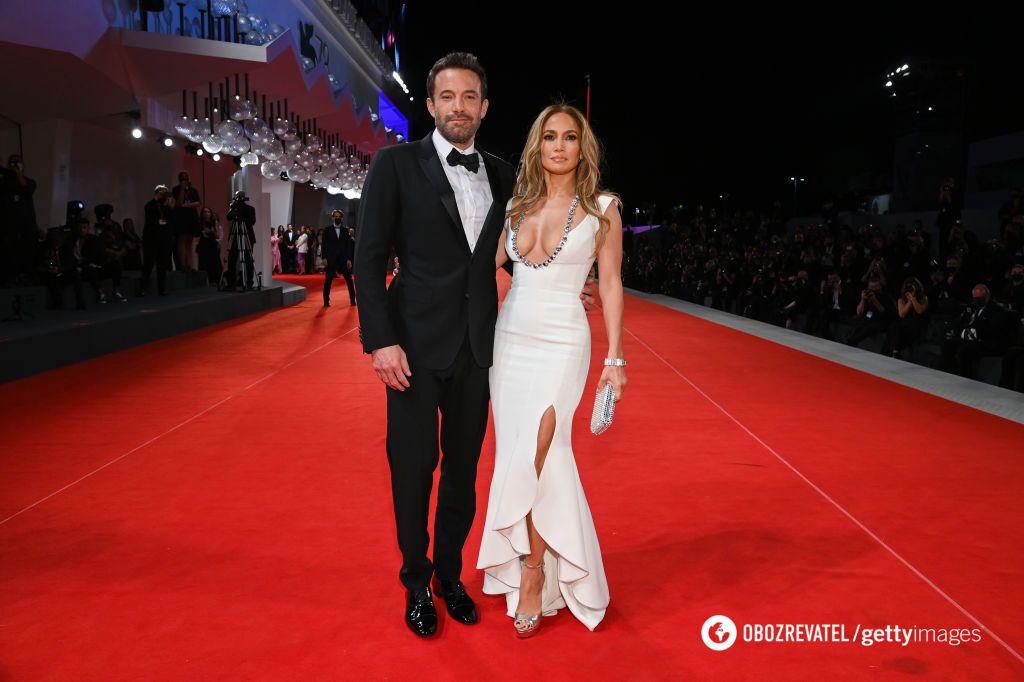 Бен Аффлек и Дженнифер Лопес на красной дорожке Венецианского кинофестиваля