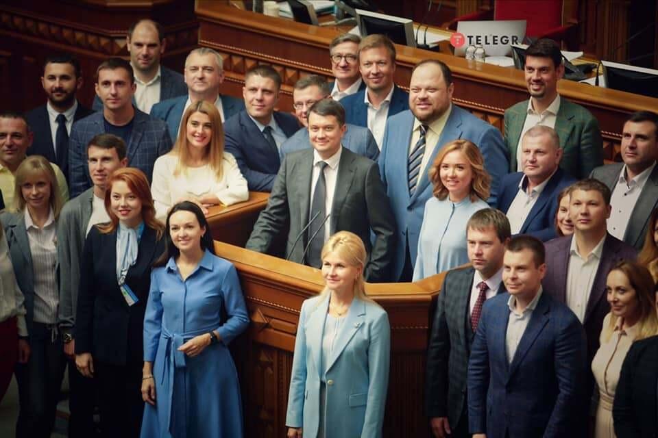 Фото Дмитрия Разумкова в Раде с нардепами.