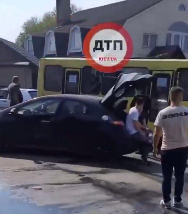 Локомотив зацепил легковушку.
