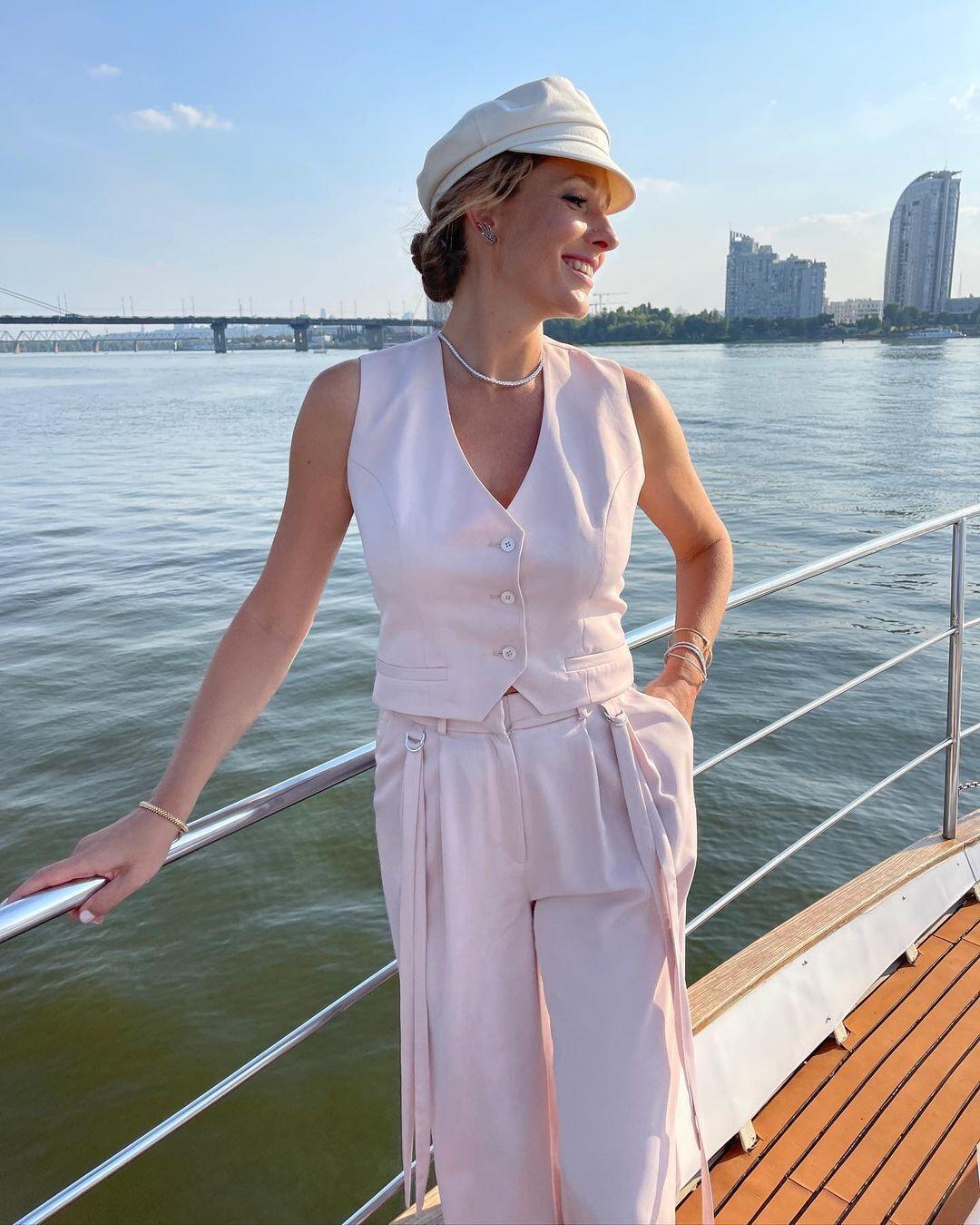 Катерина Осадчая на яхте в светлом образе.