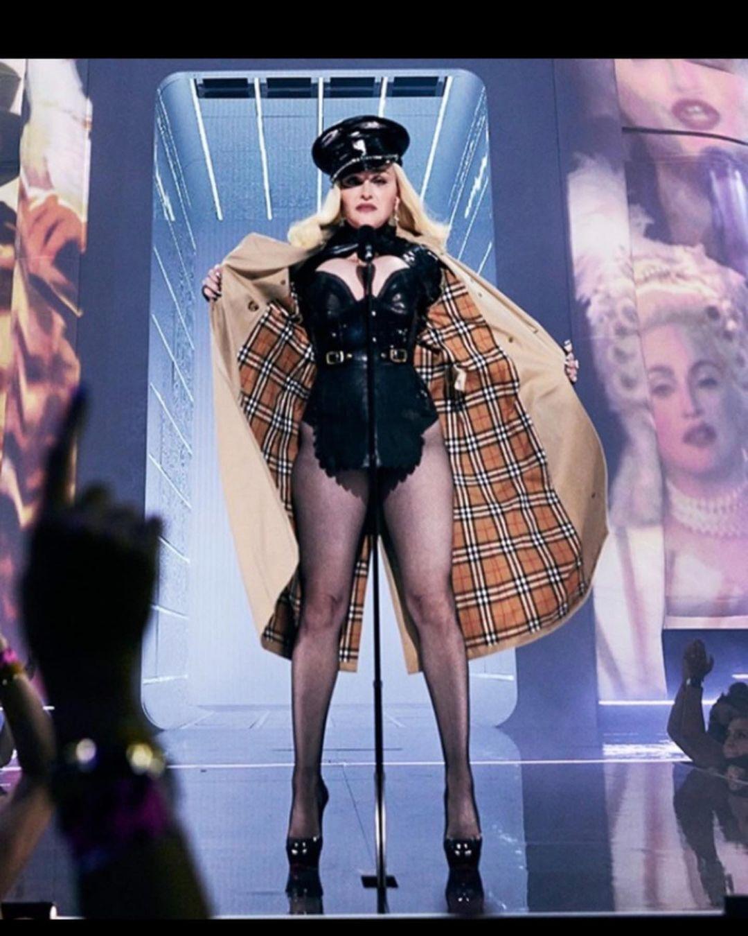Мадонна на сцене в откровенном наряде