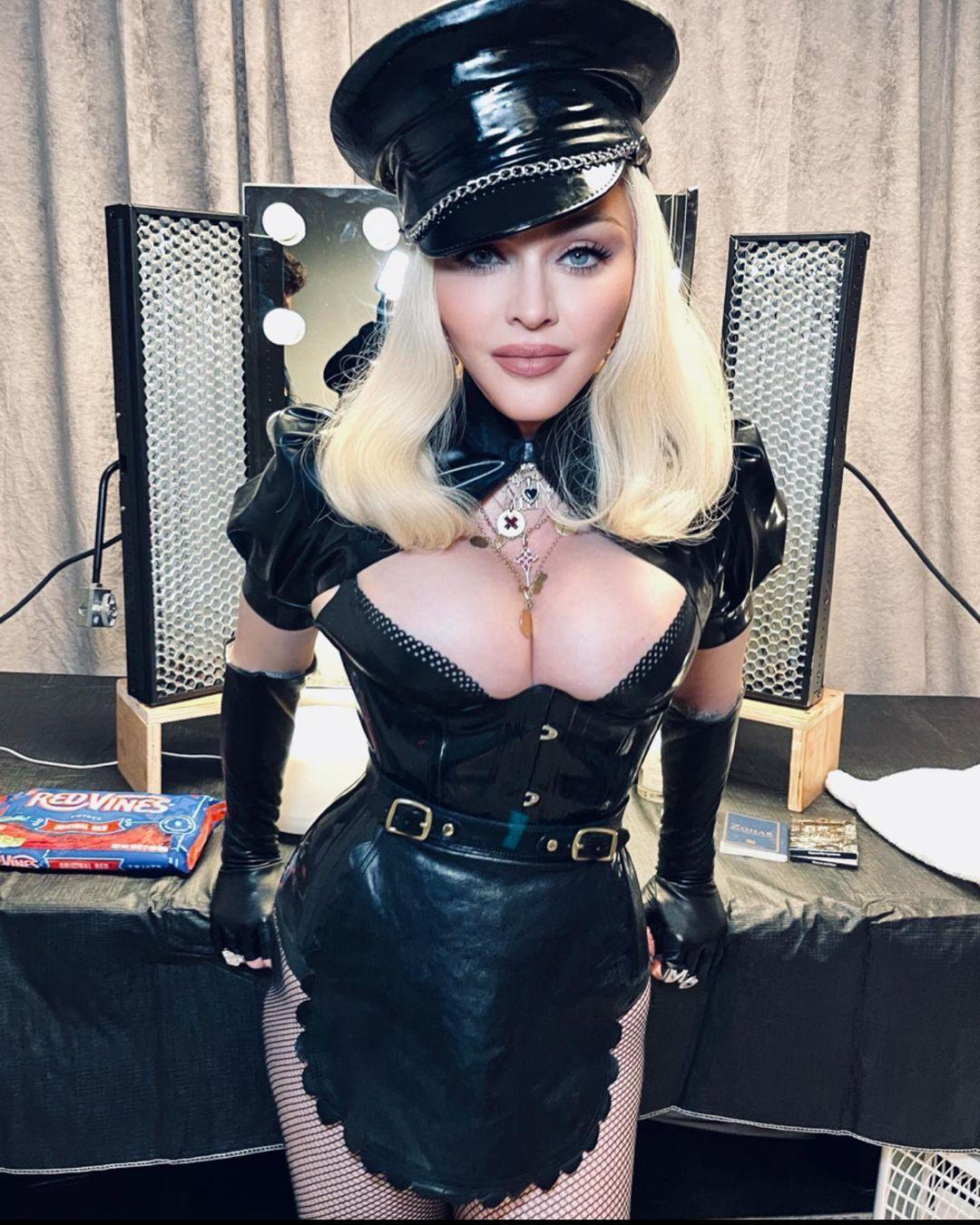 Мадонна в образе служанки