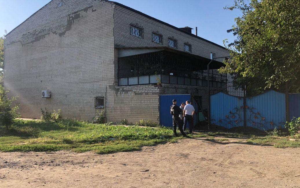 В пгт Ивановка 45-летний мужчина забаррикадировался в доме и угрожает подорвать дом.