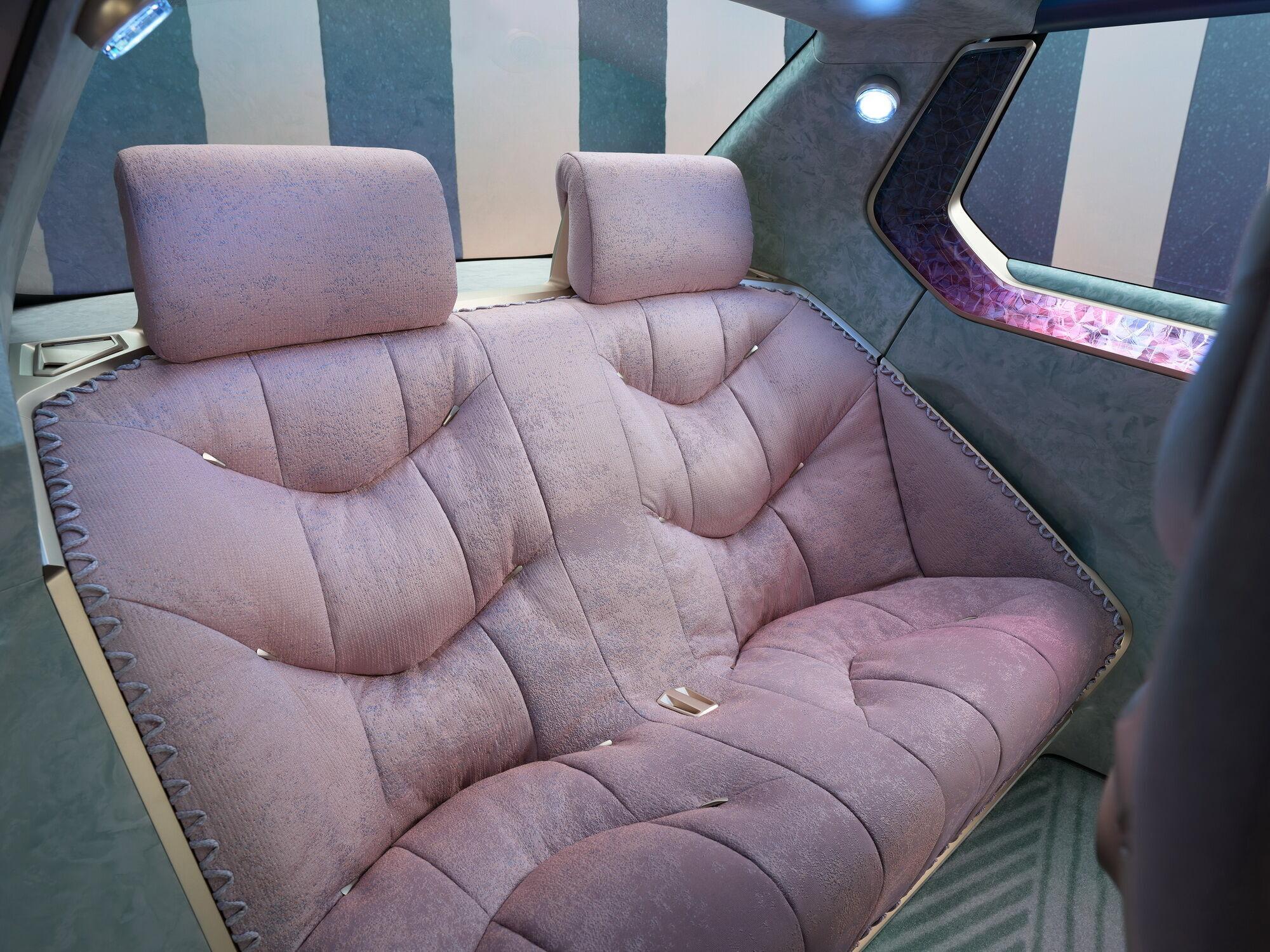 Для забезпечення комфорту в салоні багато м'якої обробки, а в підголів'я вбудовані динаміки для кожного пасажира