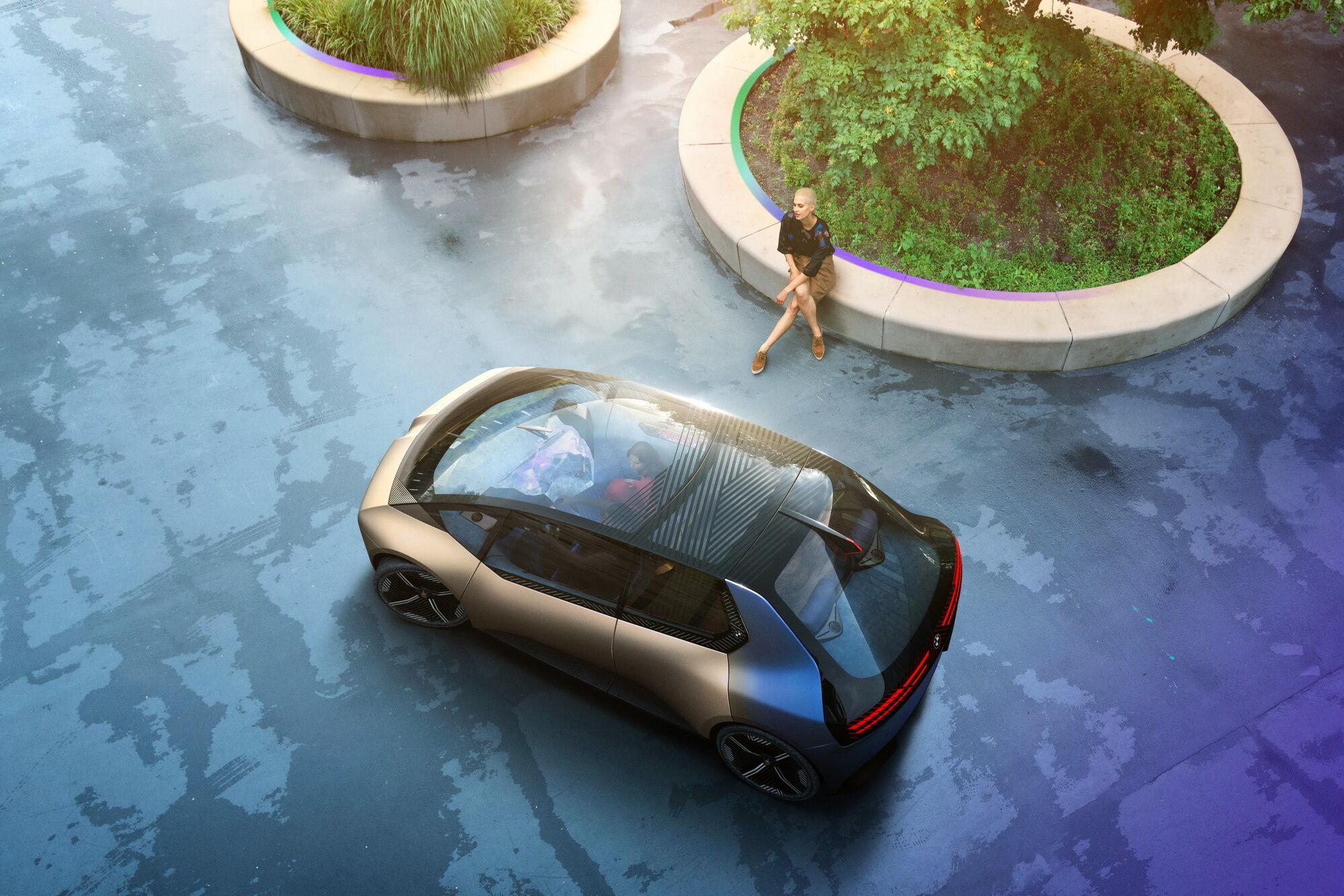 Автомобіль нагадує мікровен, характерними особливостями якого є велика площа скління, широкі розсувні двері і світлодіодні панелі замість фар