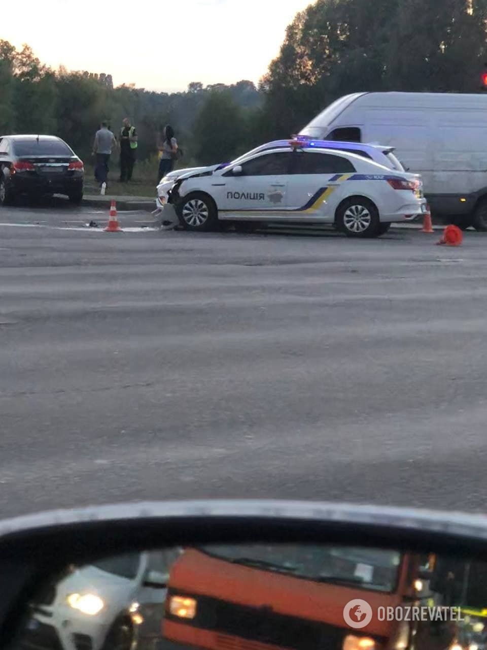 Внаслідок зіткнення пошкоджено автомобіль поліції.