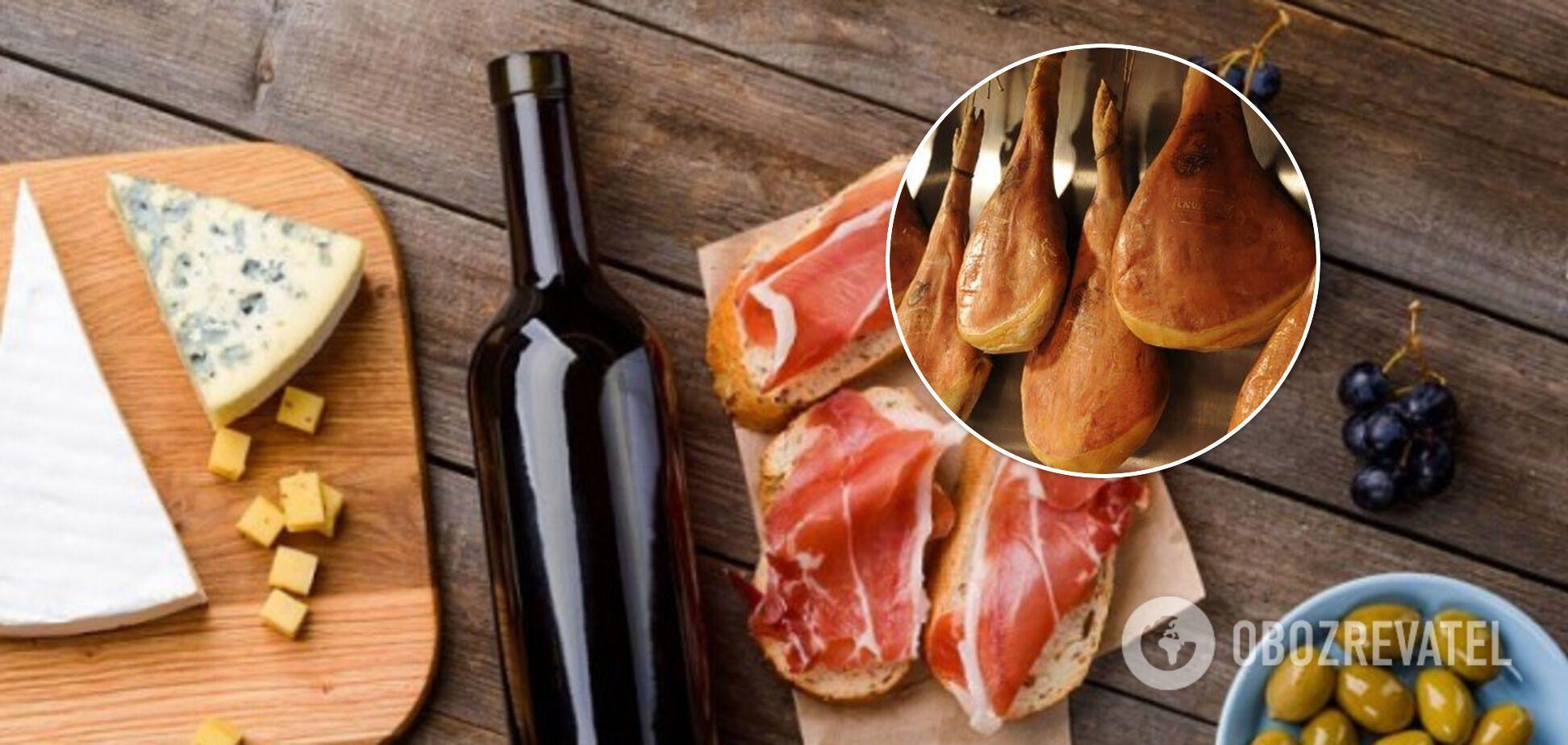Подача хамона с сыром и вином