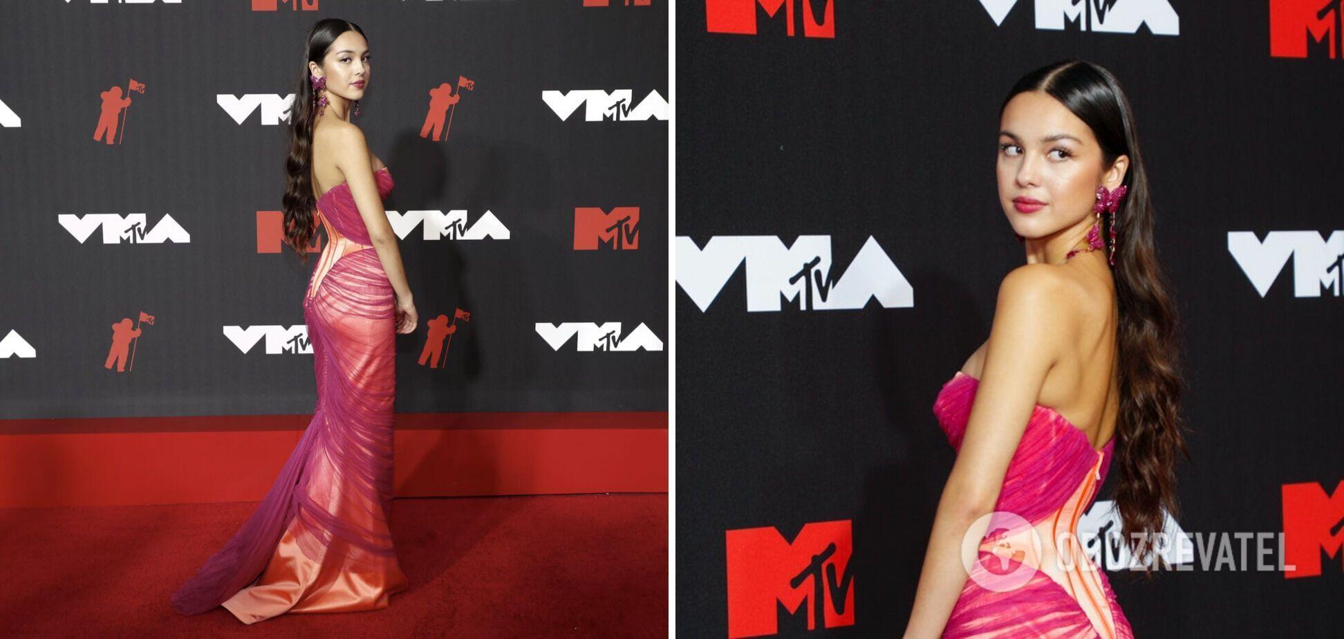 Оливия Родриго позирует в розовом платье.