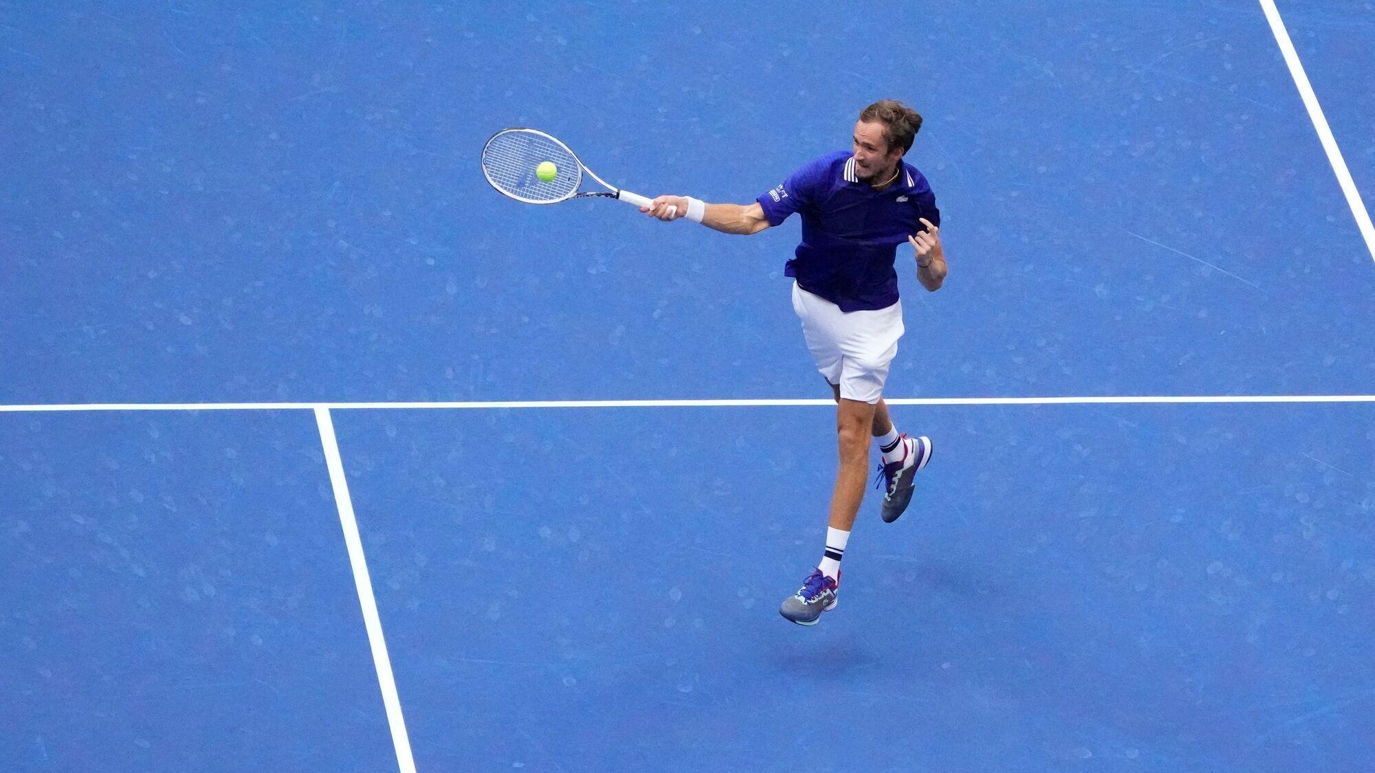 Медведев выиграл все три сета