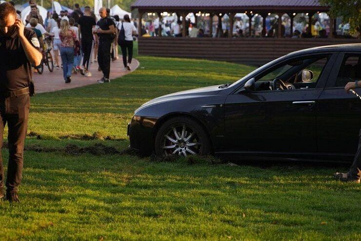 Водій поставив машину на газоні.