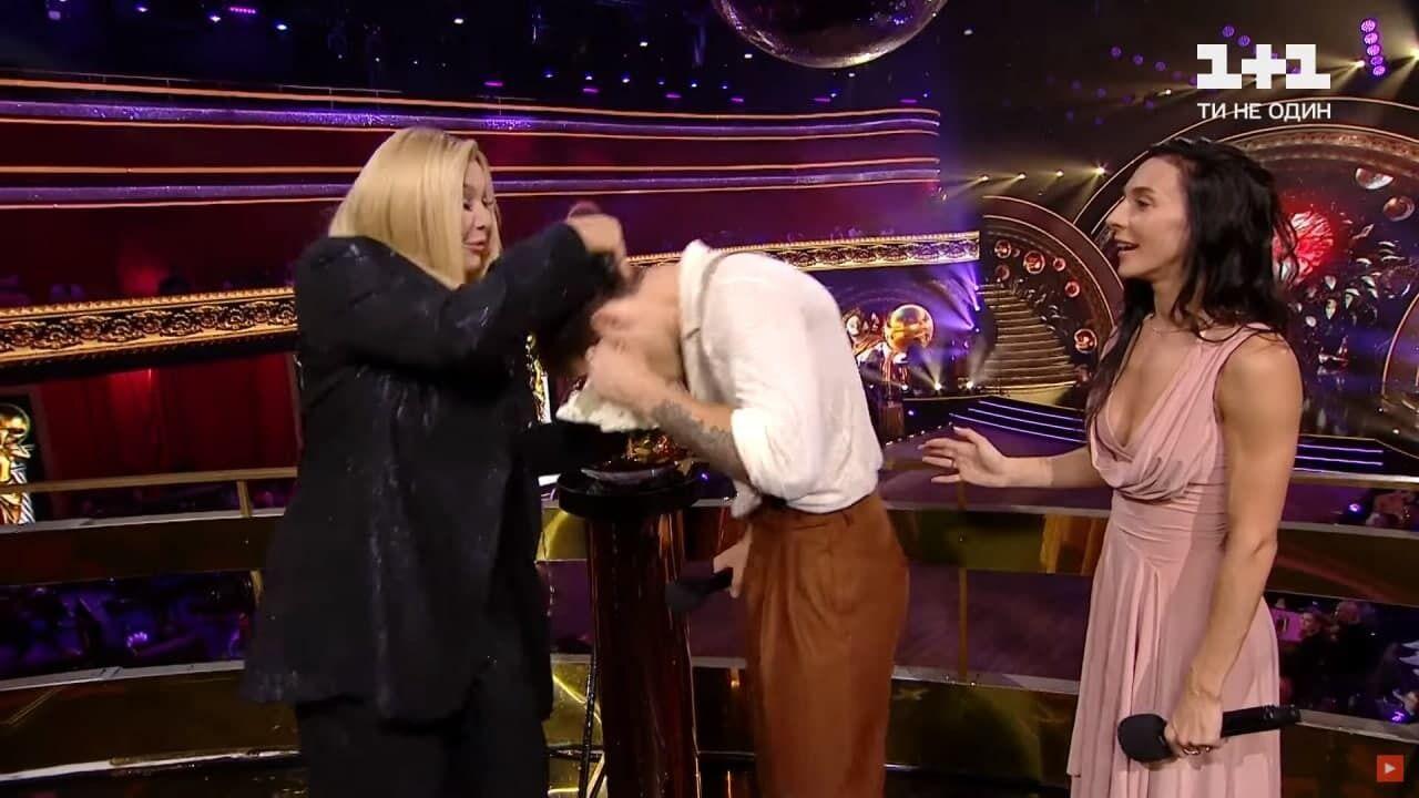 Ирина Билык ткнула Логая лицом в торт.