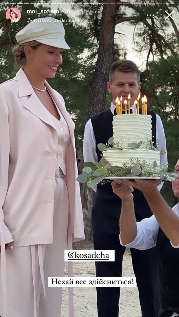 Катерина Осадчая задувает свечи на торте.