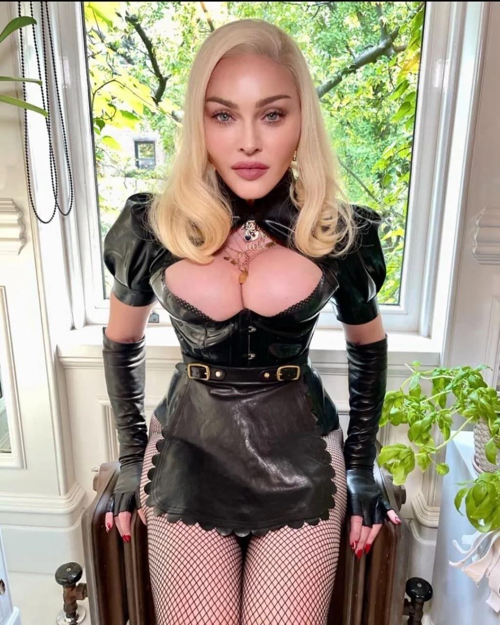 Мадонна позировала на камеру в черном костюме из кожи и латекса