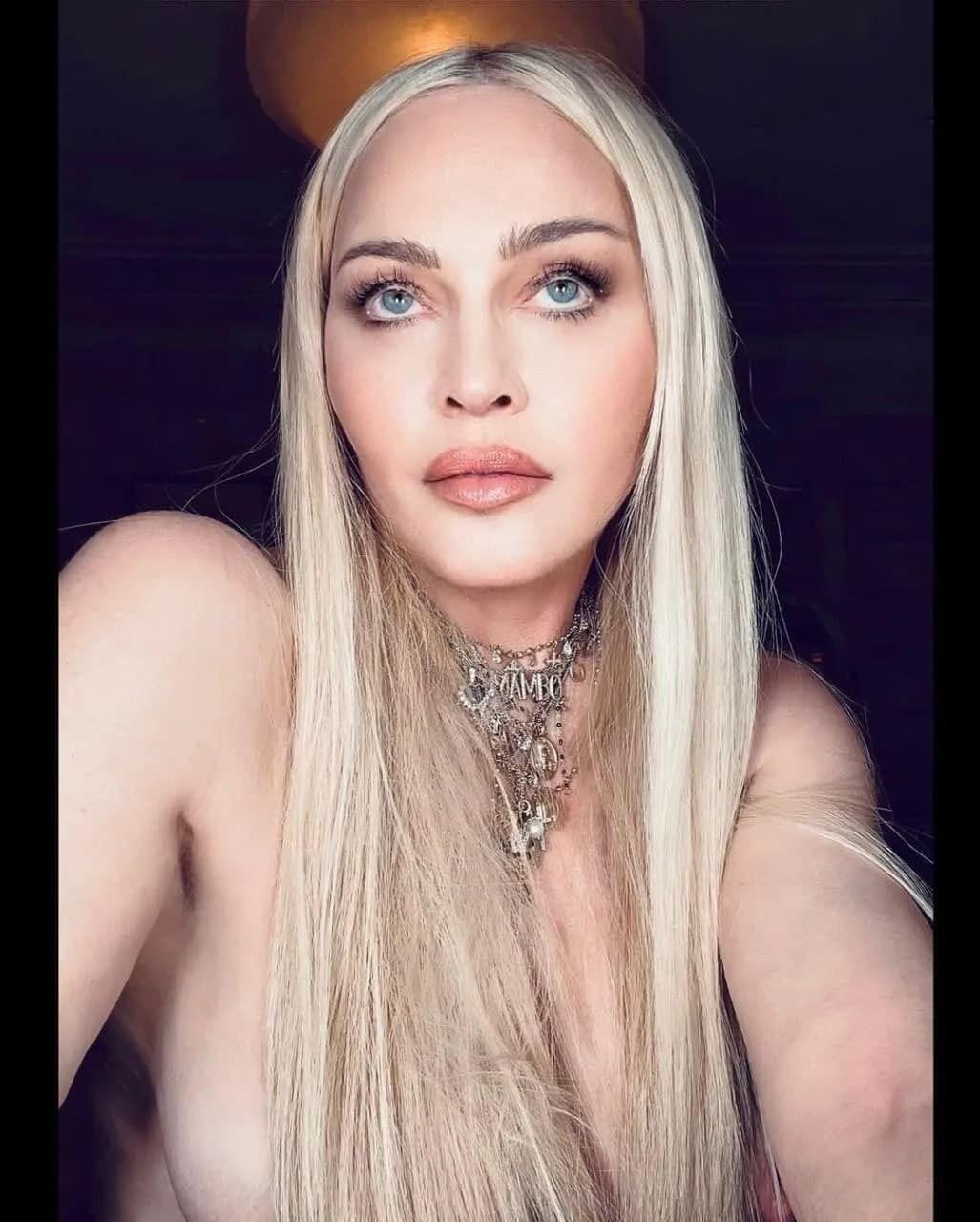 Мадонна снялась на камеру обнаженной, прикрыв грудь длинными волосами