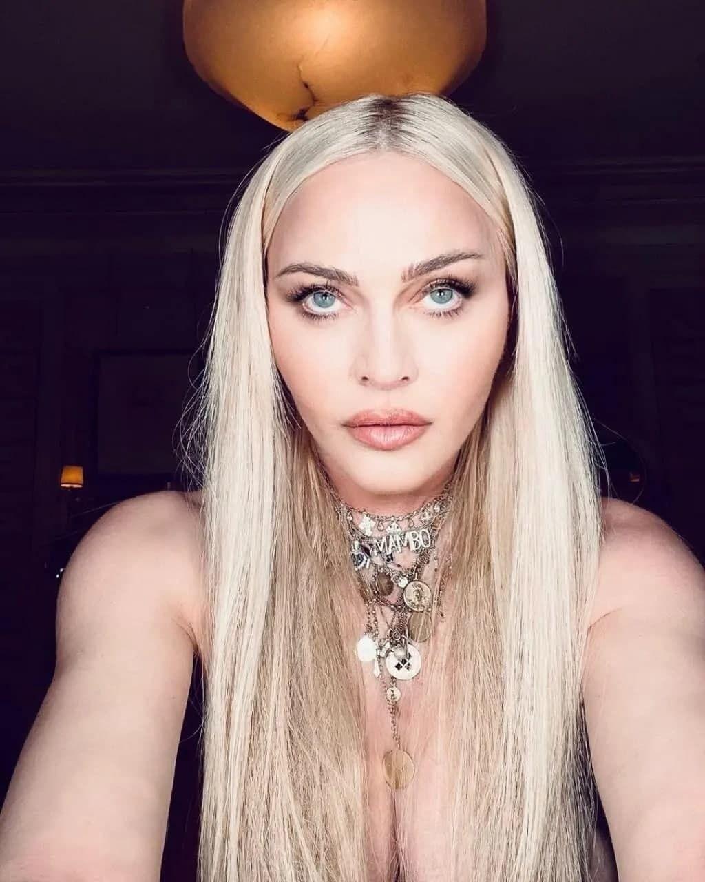 Мадонна засветила грудь
