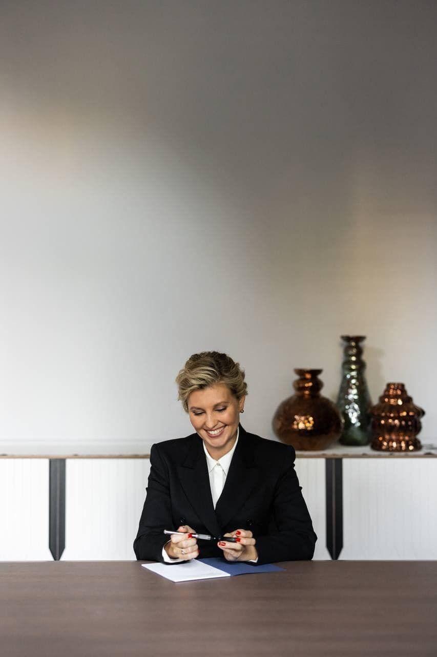 Олена Зеленська сидить за столом.