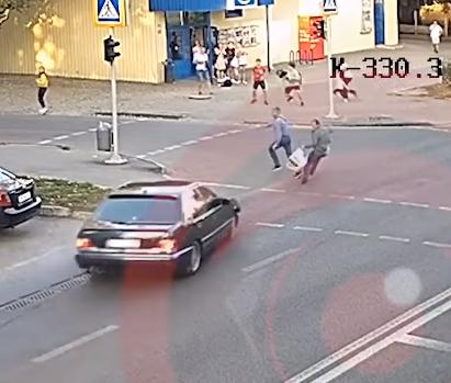 Водитель сбил мужчину на переходе.