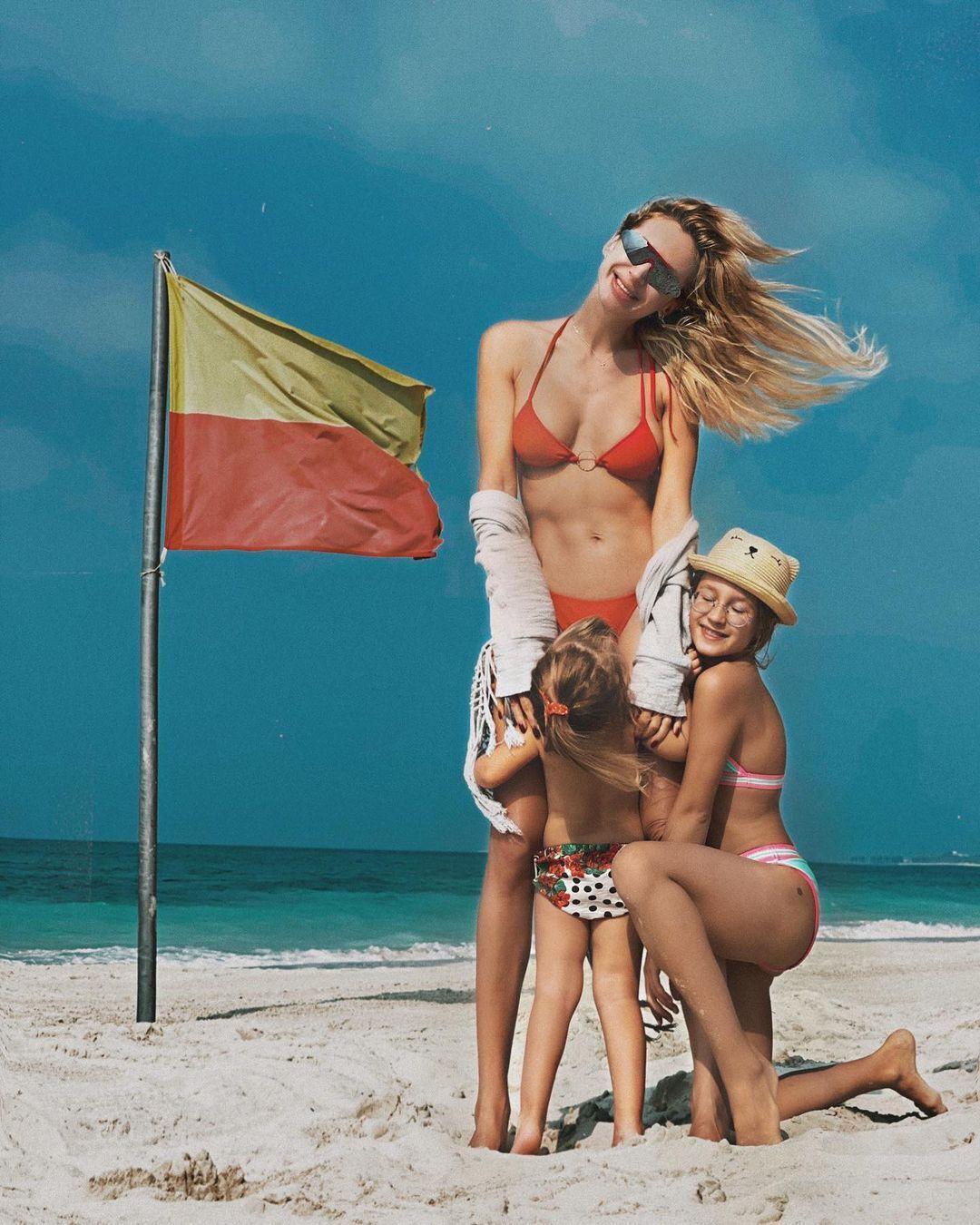 Лобода с детьми на побережье моря