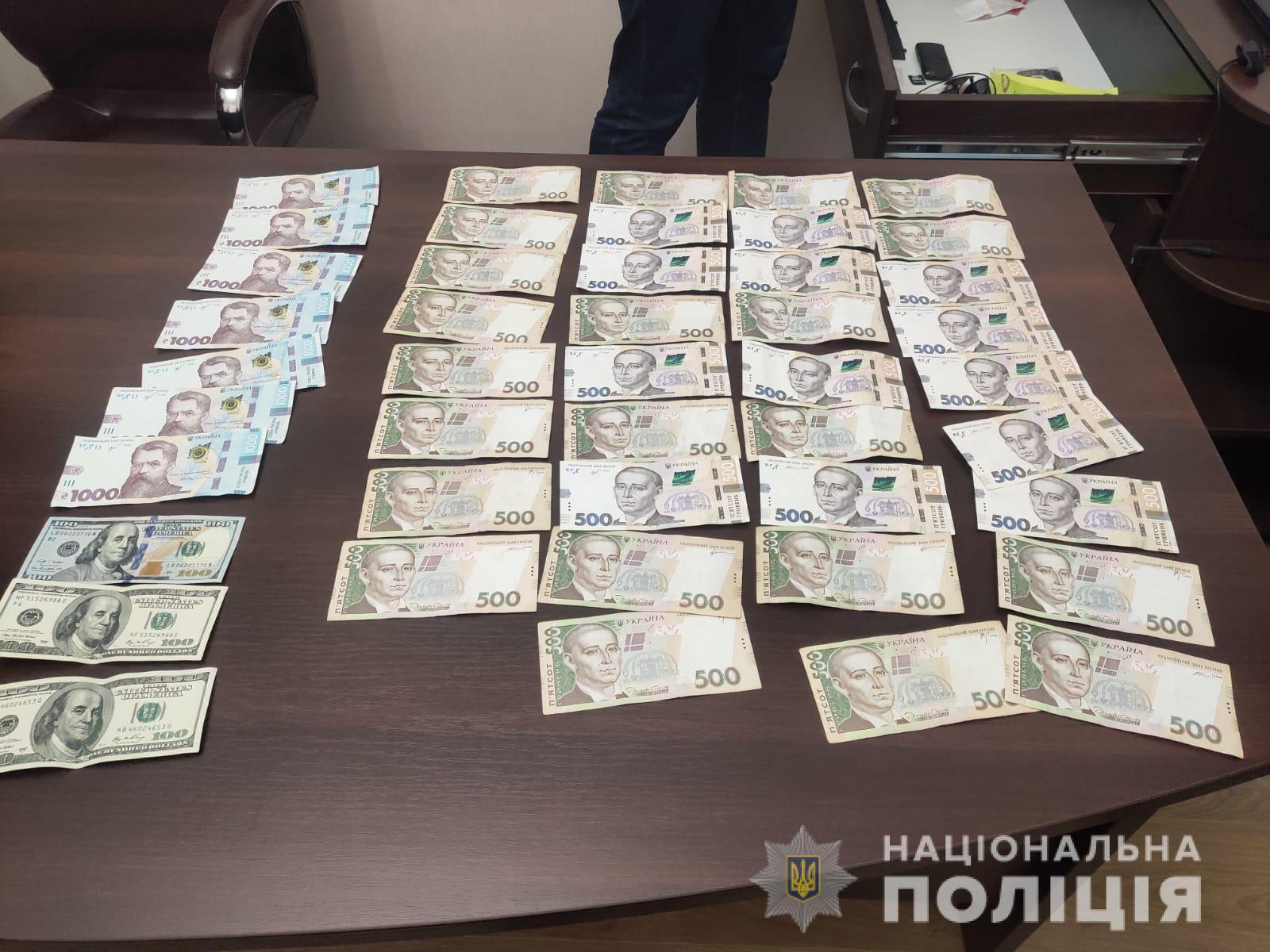 Правоохоронці в ході обшуків вилучили гроші