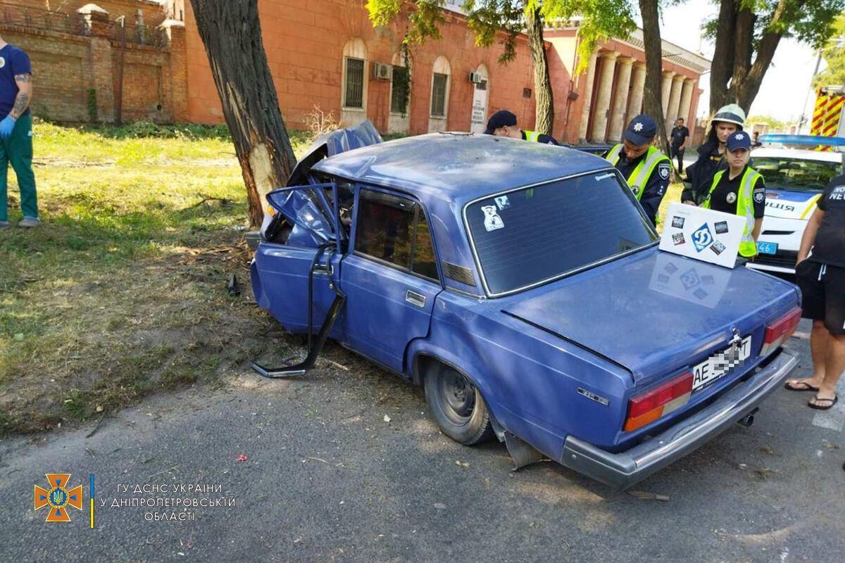 Авто злетіло з дороги й врізалося в дерево