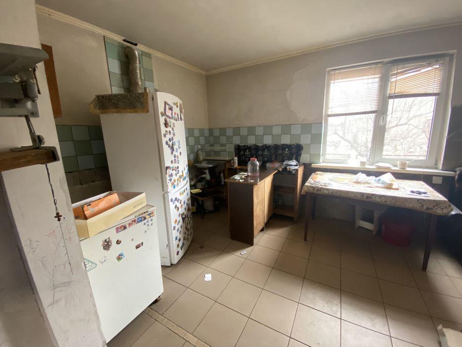 Так виглядала кухня в одній половині будинку на фото в оголошенні про його продаж