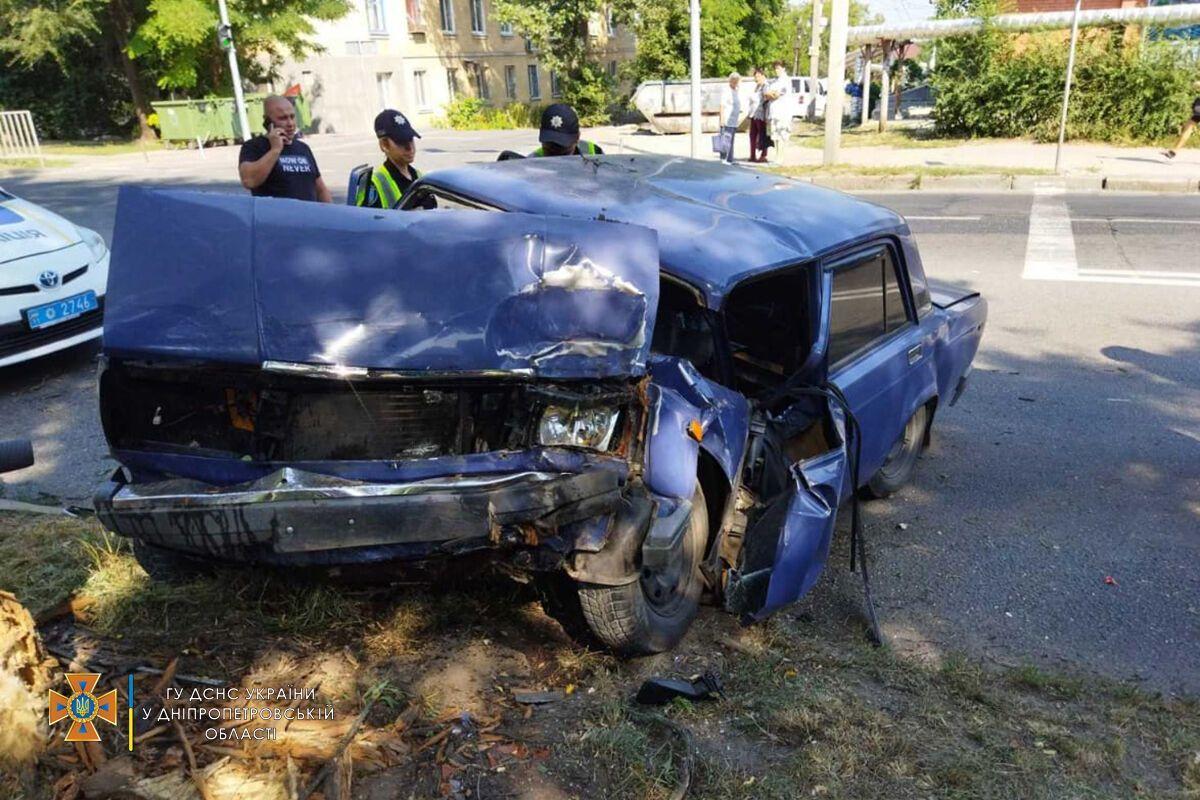 Водія затиснуло в салоні пошкодженого авто