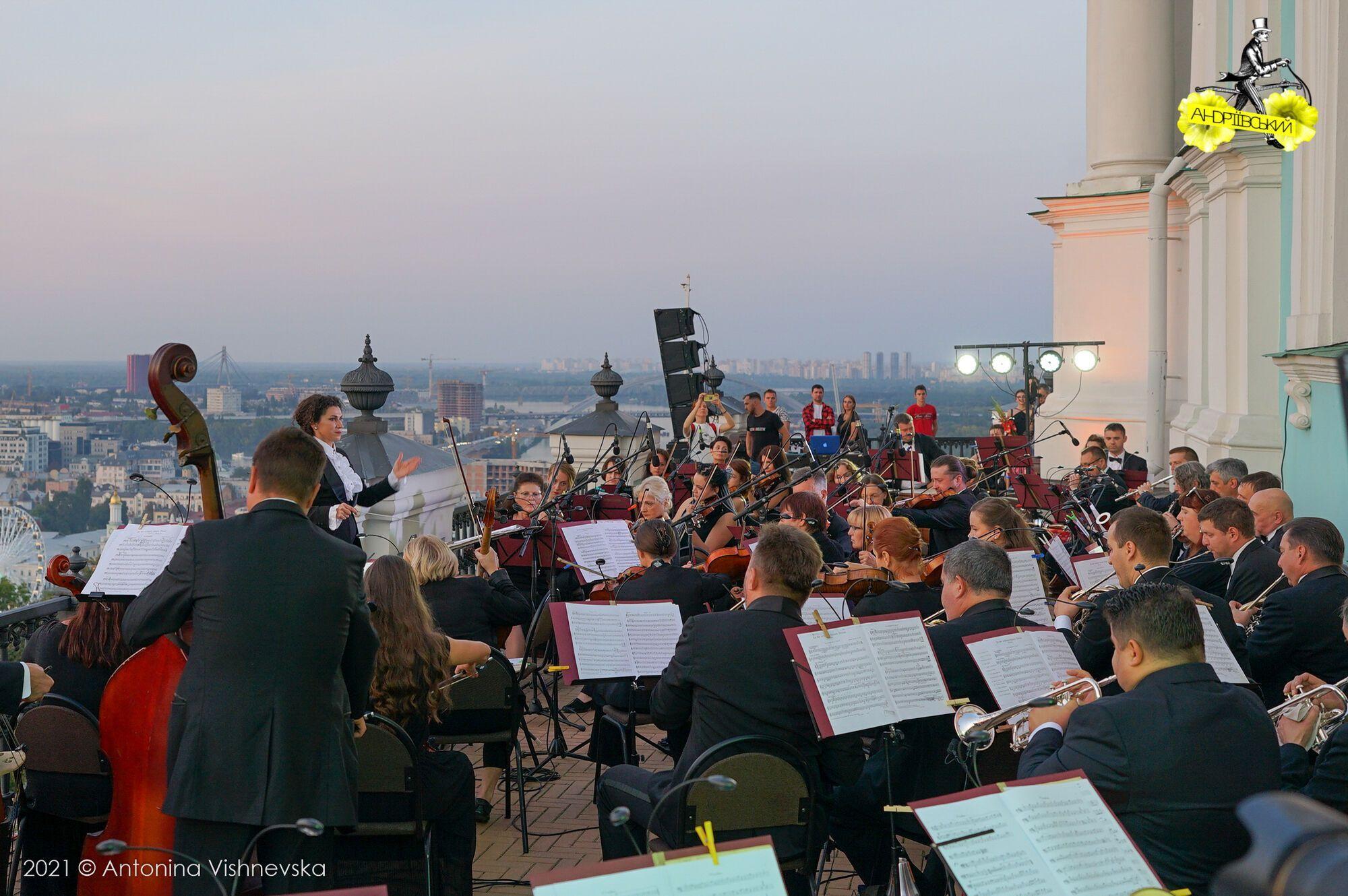 На заході пройшов концерт оркестру із 50 музикантів Київського академічного Театру оперети на балконі Андріївської церкви